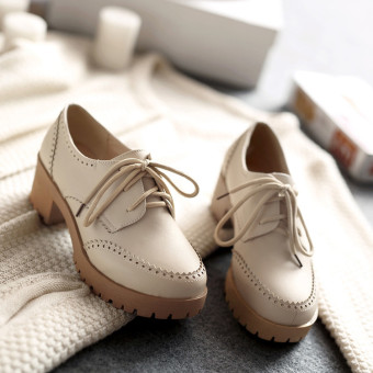 Brogue vintage varved thick bottomed semi-high heeled shoes (Off-white color)