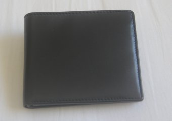 Harga Black color leather wallet.The leather is in soft finish and worth a feel. Wallet has 6 card slots, coin purse and two partitions inside.